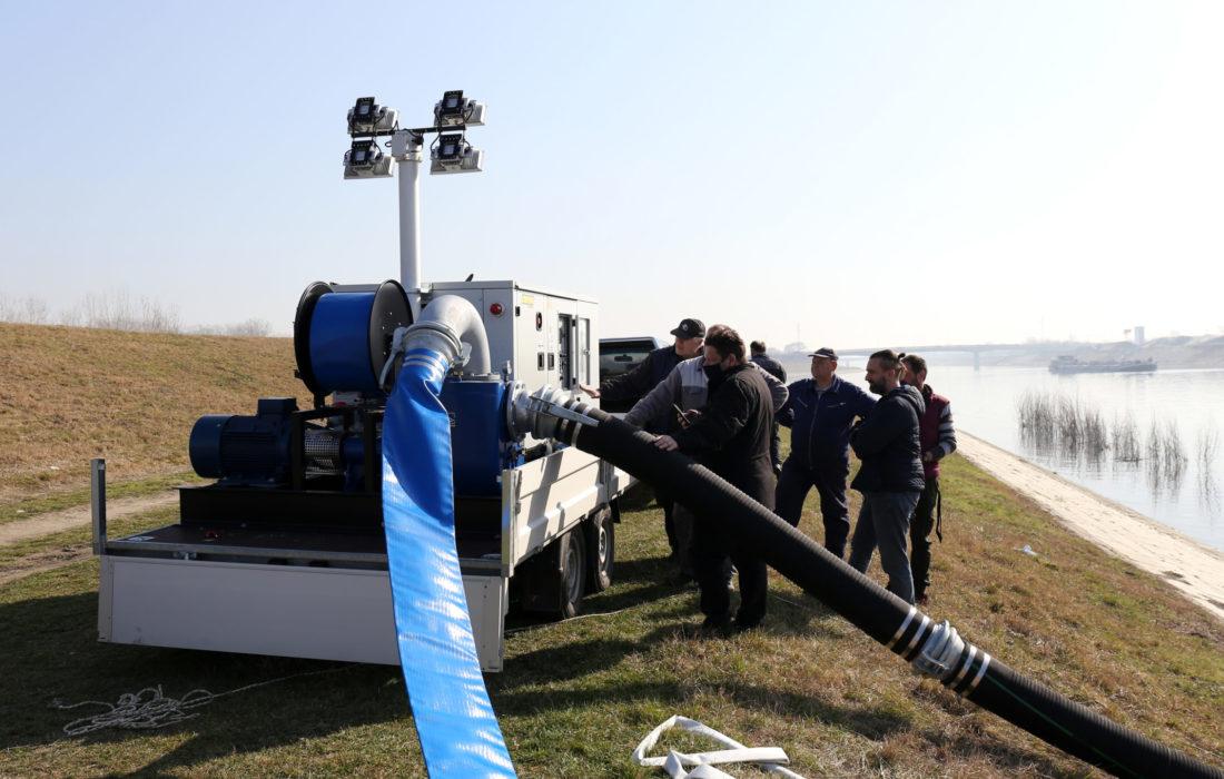 Испоручена вредна опрема за одбрану од поплава